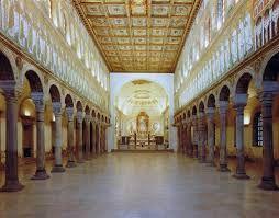 Basilica Sant'Apollinare Nuovo, Vi secolo, Ravenna. Fu fatta costruire da Teodorico nel 505 d.C. per il culto ariano. Presenta tre navate, ma non un quadriportico. L'abside è semicilindrica.