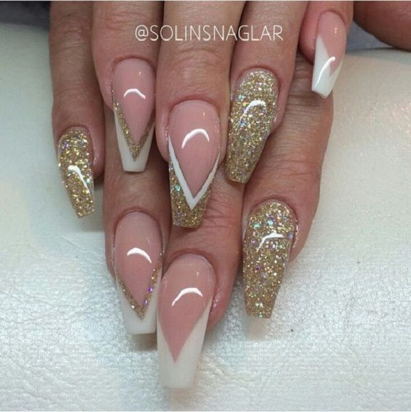 Glitter gold nail art design with white polish. Perfect for long nails, the combination of white and clear polish makes a perfect nail art design that looks elegant and glamorous at the same time.
