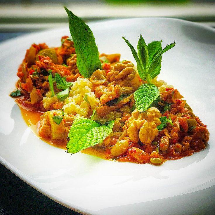 Rasimbozbey Gastronomy The Art Of Turkish Fusion Cuisine,Green Beans in Tomato,Quinoa,Tuna Fish,Olive Oil and Walnuts.(Bana Ait bir Füzyon Türk Mutfağı,Zeytinyağlı Taze Fasülye ve Konserve Ton Balığı Beyaz Kinoa üzerine monte edilip ceviz içi ile taçlandırılmıştır.)#cuisine #rasimbozbeygastronomy #foodstarz_official #foodie #armyofchefs #foodporn #theartofplating #foods #greenbeans #sauteed #oliveoil #walnuts #quinoa #turkish #turkishcuisine #fusion #tunafish #culinary #culinaryarts #art…