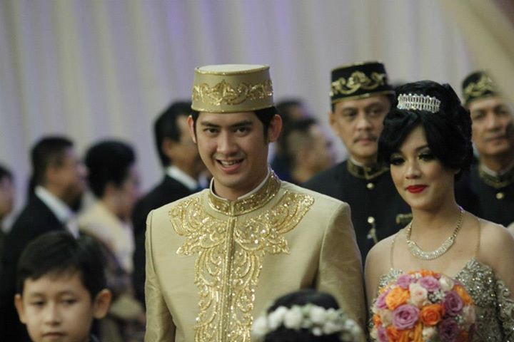 Kopiah atau peci atau songkok, biasa digunakan pengantin pria pada beberapa pernikahan adat di Indonesia, terutama para pria yang beragama Islam.