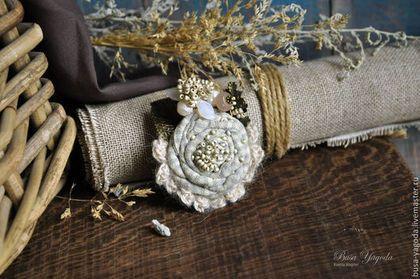 Купить или заказать Брошь 'Полынные травы' в интернет-магазине на Ярмарке Мастеров. Небольшая брошка, очень нежная, изящная, утонченная. Хлопковый цветочек из клетчатой ткани декорирован изящной веточкой с бисерными гроздьями, морозными листочками, белым речным жемчугом и солнечным камнем. Серединка расшита бисером, словно россыпью маленьких жемчужин. Брошка получилась светлая, в холодной, нежной гамме, за счет чего она смотрится воздушной и какой-то немного 'звенящей' холодными нотками.