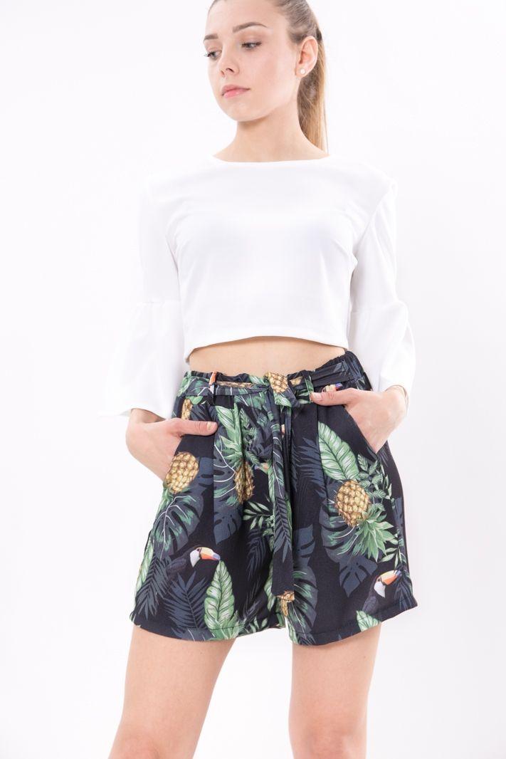 Svolazzante shorts in crêpe dalla fantasia tropicale con ananas e tucani. Fascia elastica in vita che si allaccia a fiocco e due tasche laterali. Freschi e leggeri da indossare con un semplice crop top    #DANI #danishop