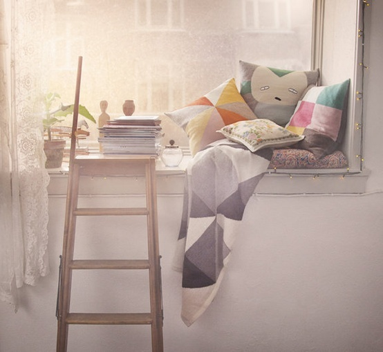 I think this little Reading Corner isolated by its height and its special light, a lot of charm. First, thanks to the cushions, he must admit, they are not too cabbage? Then I like the idea of putting a few steps of the ladder to access the windowsill in which today for example, I could watch the snow fall while reading!