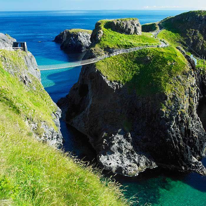 Puente de Carrick-a-Rede, Irlanda del Norte  El puente de cuerda que lleva hacia la isla de Carrick, en Irlanda, se balancea a 30 metros por encima del nivel del mar. Los 20 metros que separan un acantilado de otro se unieron a través de este minúsculo puente que los pescadores de la costa rocosa del norte de Antrim utilizaron durante 250 años para acceder mejor a los lugares que el salmón elegía en su ruta migratoria. Actualmente son muchos los turistas que acuden a la zona dispuestos a…