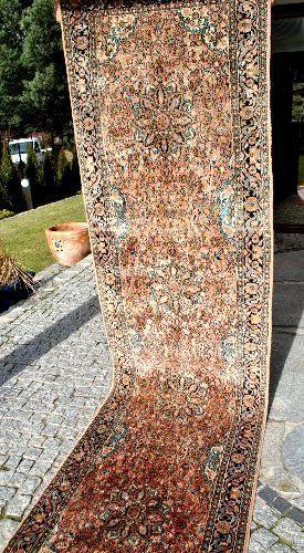 LUXE CASHMERE QOM TAPIJT 300/75 CM  De veiling is voorzien van een luxe qom tapijt gemaakt van kasjmier.De deken is handgeknoopte strak en zeer dichtbevolkte.Interessante kleuren en patronen.Zeer goede staat.Deze exclusieve tapijten zijn handgeknoopte in de stad van Qom (Qum) in Centraal Perzië. De tapijten zijn gemaakt van zijde dat is waarom ze zo dun en strak zijn en hun patronen zo veel details hebben. Deze tapijten vertegenwoordigen het beste zijde tapijt weven tradities en behoren…