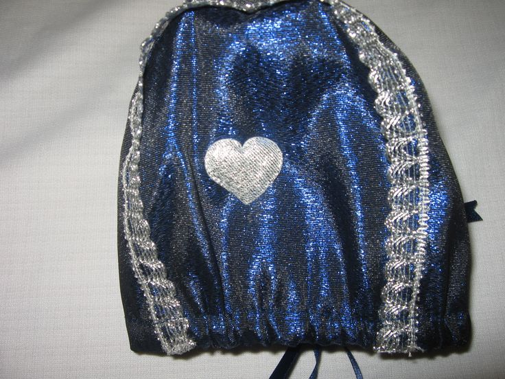 Dåpslue Blåklokke med sølvbånd passer perfekt til dåpskjolen Blåklokke.