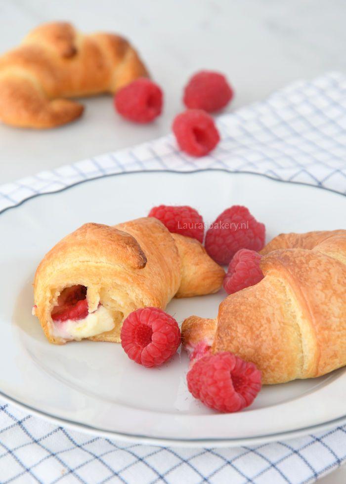 Hiermee wordt het ontbijt een feestje: frambozen cheesecake croissants! Ze zijn gelukkig heel eenvoudig te maken zodat je snel aan tafel kunt.