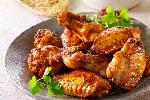 Essayez nos délicieuses ailes de poulet. Frottez-les d'abord avec un mélange de piment de Cayenne, de cumin et de paprika fumé. Puis, grillez-les sur le barbecue en les badigeonnant de vinaigrette pour qu'elles soient juteuses et encore plus savoureuses.