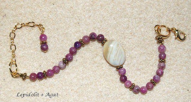 Justerbart armband 19 - 21 cm, med vackra Lepidolit och Agat smyckestenar.  Lepidolit är inte tekniskt en ädelsten, men en mycket vacker lila typ av glimmer. Det kallas av healers som freds stenen.