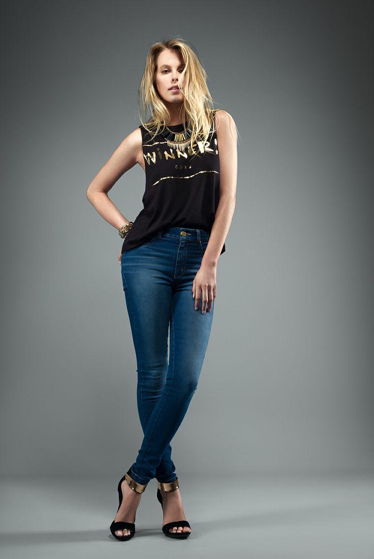Jeans: Ref. E131536 - $129.900 Blusa: Ref. E208208 - $39.900 Sandalia tacón: Ref. E340078 - $79.900