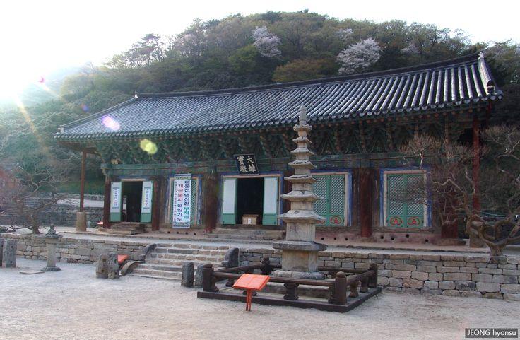 Daeungjeon Hall SEONUNSA Temple, Gochang, Jellabuk-Do, S.korea. Famous for camellia, good place to visit in April. (2005.4)