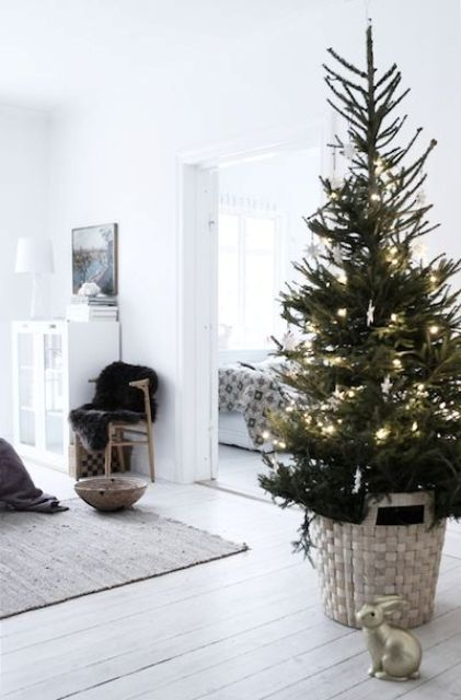 22 Minimalist And Modern Christmas Tree Décor Ideas - DigsDigs