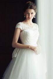 レースのエッジの繊細さをそのまま生かしたトップスが大人の美しさを引き出すエレガントなウエディングドレス。バッスルとビッグリボンで後ろ姿も華やか美人に。http://dress.novarese.jp/weddingdress/btnv191.html