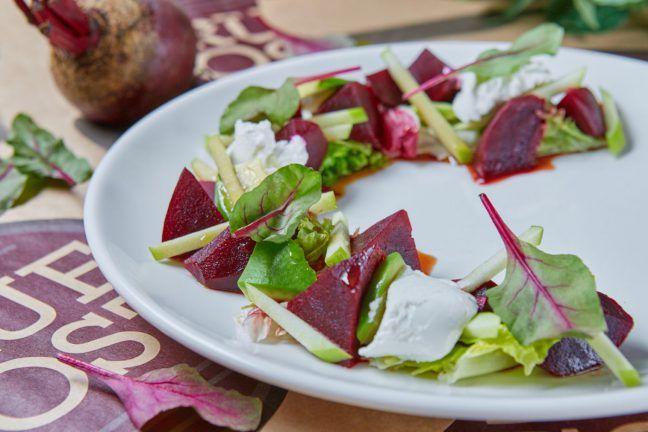 Салат с печеной свеклой и козьим сыром | Культура русского застолья
