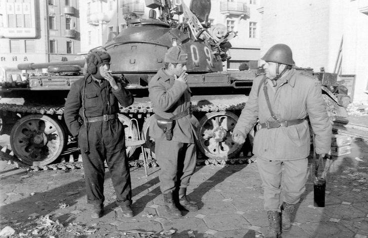 T-55 harckocsi a Román Nemzeti Színház és Operaház előtt. Romániai forradalom.