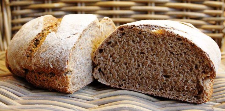Dit heerlijke brood is gemaakt met desem. Het is een brood van half speltmeel/half spelbloem. Ook jij kunt zo'n puur brood bakken! Op deze FB-pagina delen we tips & trucs mbt desembrood: https://www.facebook.com/desembroodbakjezelf