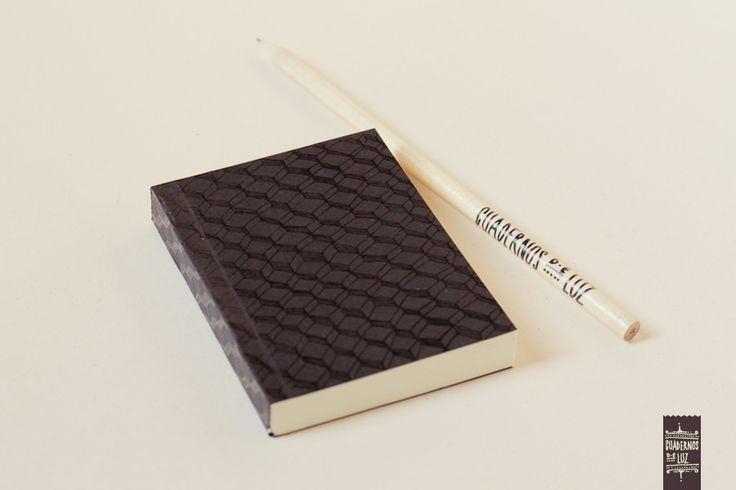 https://flic.kr/p/uVkkcu | Cajas negras mini | Mini cuaderno con tapa blanda. 100 hojas lisas, papel bookcel 80gr. Medidas: 7,5 x 9,5 cm. Hecho a mano.