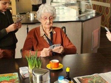 """De indrukwekkende documentaire """"My 93 year old flatmate"""" gemaakt door Aaron Lewis van de Australische nieuwszender SBS gaat de wereld over. Het schets een prachtig beeld van het """"samen zijn"""" van de Woonstudenten en de bewoners van Humanitas. Deze film is wereldwijd al 9,3 miljoen keer bekeken op Facebook"""