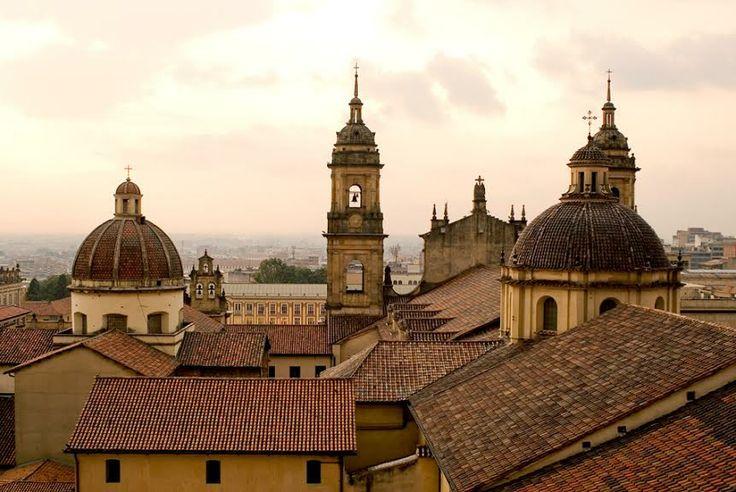 Más que un barrio, La Candelaria es el corazón artístico de Bogotá. Colombia. http://soy.ph/ColombiaViajes