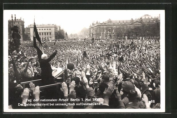 """old postcard: AK Berlin, Tag der nationalen Arbeit 1933, Reichspräsident bei seinem """"Hoch auf Deutschland"""""""