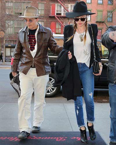 Johnny Depp e Amber Heard a New York. E' il festival dei tagli. Lei ha i jeans strappati (e fin qui sarebbe tutto normale), lui ha un buco nel cappello. E forse qualche chilo di troppo sulla pancia