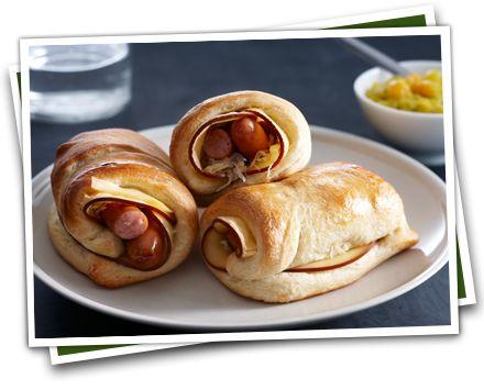 Warm worstenbroodje rookkaas en zuurkool. Lees meer over het recept: http://www.kaas.nl/kaas-recepten/warm-worstenbroodje-rookkaas-en-zuurkool