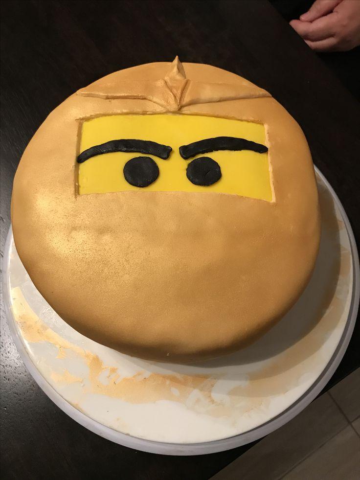 1er gâteau en fondant Thématique Lego Ninjago  -Fondant blanc, noir et jaune du Michael's -Gâteau en boîte -Recette de crème au beurre de Ricardo -Colorant ivoire -Spray comestible or