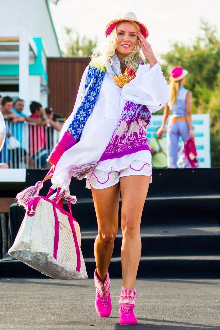 """Alexandra """"La Sueca"""" Larsson en el desfile de Fiat Argentina con su Look SURDEASIA."""