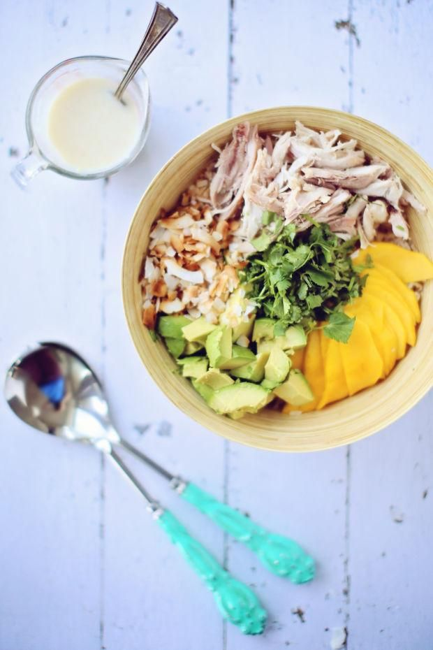 Salade de mangue, de poulet et de riz brun et vinaigrette coco-gingembre/Une salade inoubliable: un équilibre de fraîcheur avec une touche de sucré et légèrement épicée. Le tout dans un mélange de textures différentes./fraîchement pressé