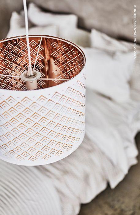 NIEUW! Het sierlijke gaatjespatroon van de NYMÖ LAMP zorgt voor een decoratief spel van licht en schaduw in de kamer.
