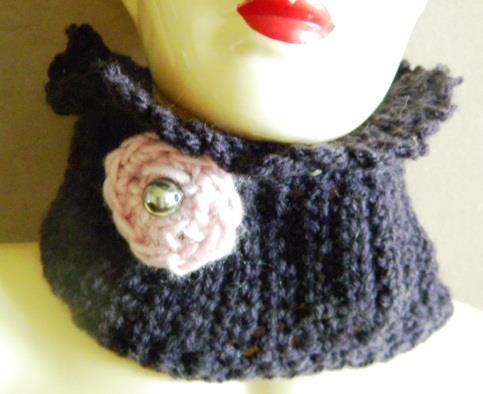 Cache col pour petites filles, coloris lilas.  de 3 à 8 ans. (extensible)  Entièrement tricoté au crochet.  Fleur en crochet rose et perle grise irisée.  Laine bergère de France.
