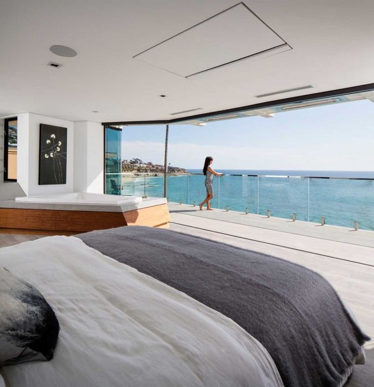 This clifftop home in California features uninterrupted views of the ocean January 16, 2015 Architect Mark Abel together with interior designer Myca Loar designed this clifftop home in Laguna Beach, California.