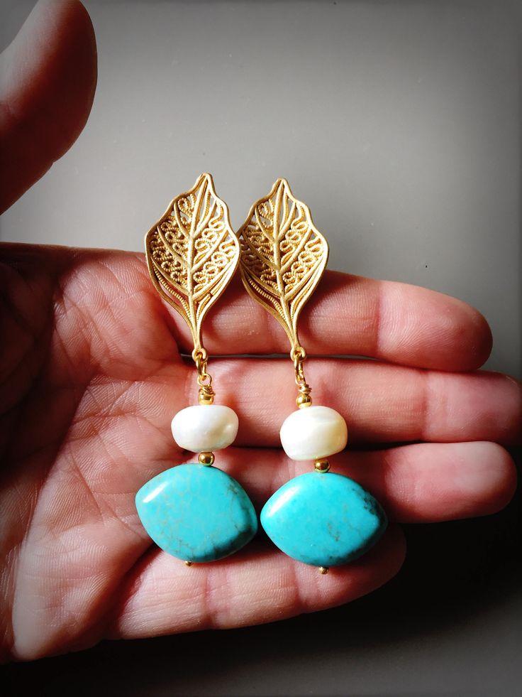 Orecchini sposa orecchini eleganti e raffinati con perla scaramazza turchese aulite e foglia dorata di LesJoliesDePanPan su Etsy