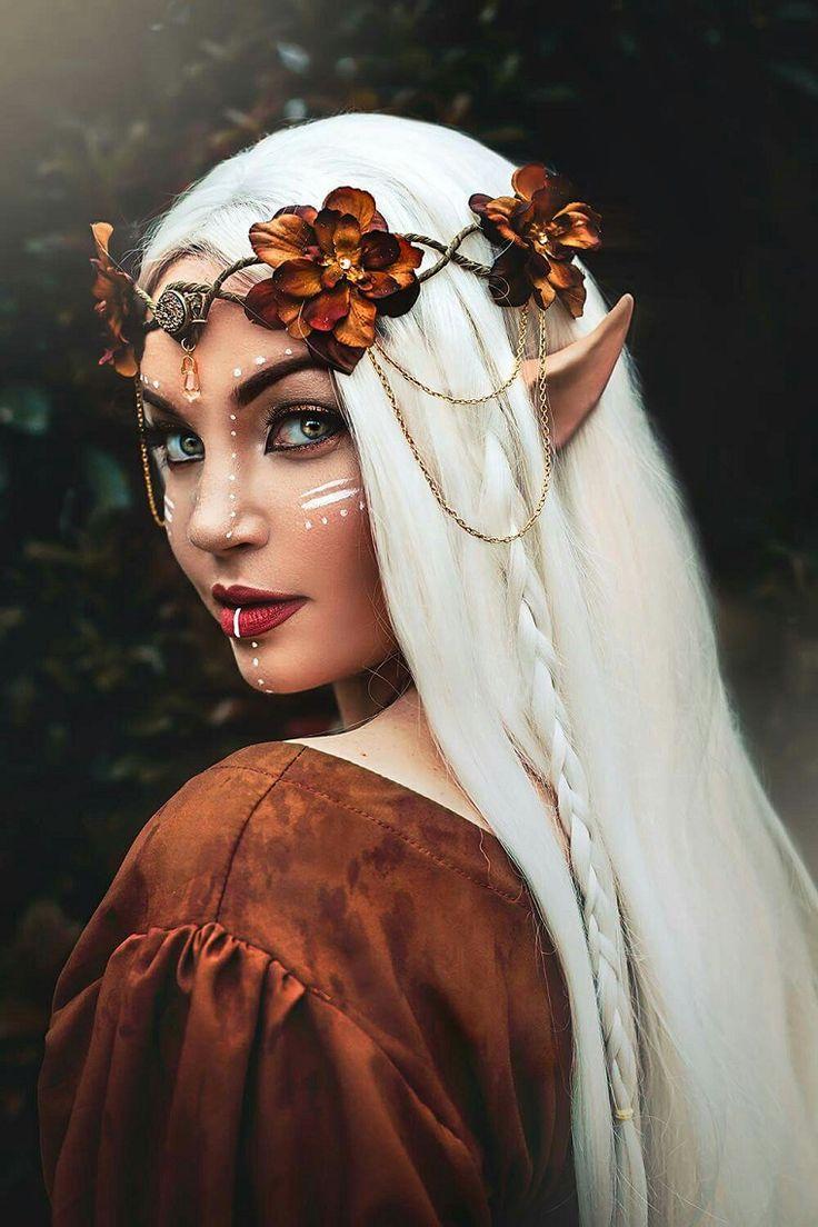 mujer con maquillaje y disfraz de elfo