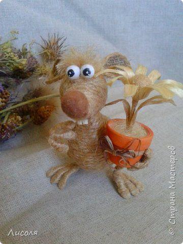 Доброго времени суток, дорогие люди! Появился вот такой Заяц - пропагандист вегетарианства и сырых овощей! В лапе - морковь (шпагат, деревянные бусины, ботва- кожзам). фото 5