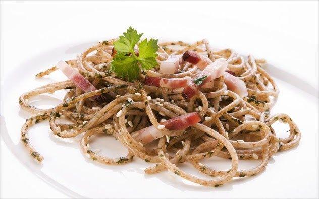 Κάποιοι υδατάνθρακες μπορούν να βοηθήσουν στην απώλεια βάρους αρκεί να ξέρετε ποιους να επιλέγετε.Το ανθεκτικό άμυλο είναι ένας τύπος φυτικής ίνας που περιέχεται σε μερικούς υδατάνθρακες σε αμυλούχα φαγητά που είχαν αρχικά ζεσταθεί και στη συνέχεια κρύωσαν και σε μαγειρεμένα φαγητά όπως τα όσπρια (και ο αρακάς) οι πράσινες μπανάνες η βρώμη το καστανό ρύζι το καλαμπόκι οι ωμές πατάτες κ.ο.κ. Αποτελεί ένα μικρό ποσοστό του αμύλου που δεν απορροφάται από τον οργανισμό και φτάνει στο παχύ έντερο…