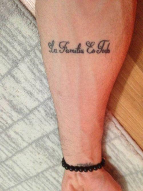 Tatuaje en el antebrazo que dice La familia es...