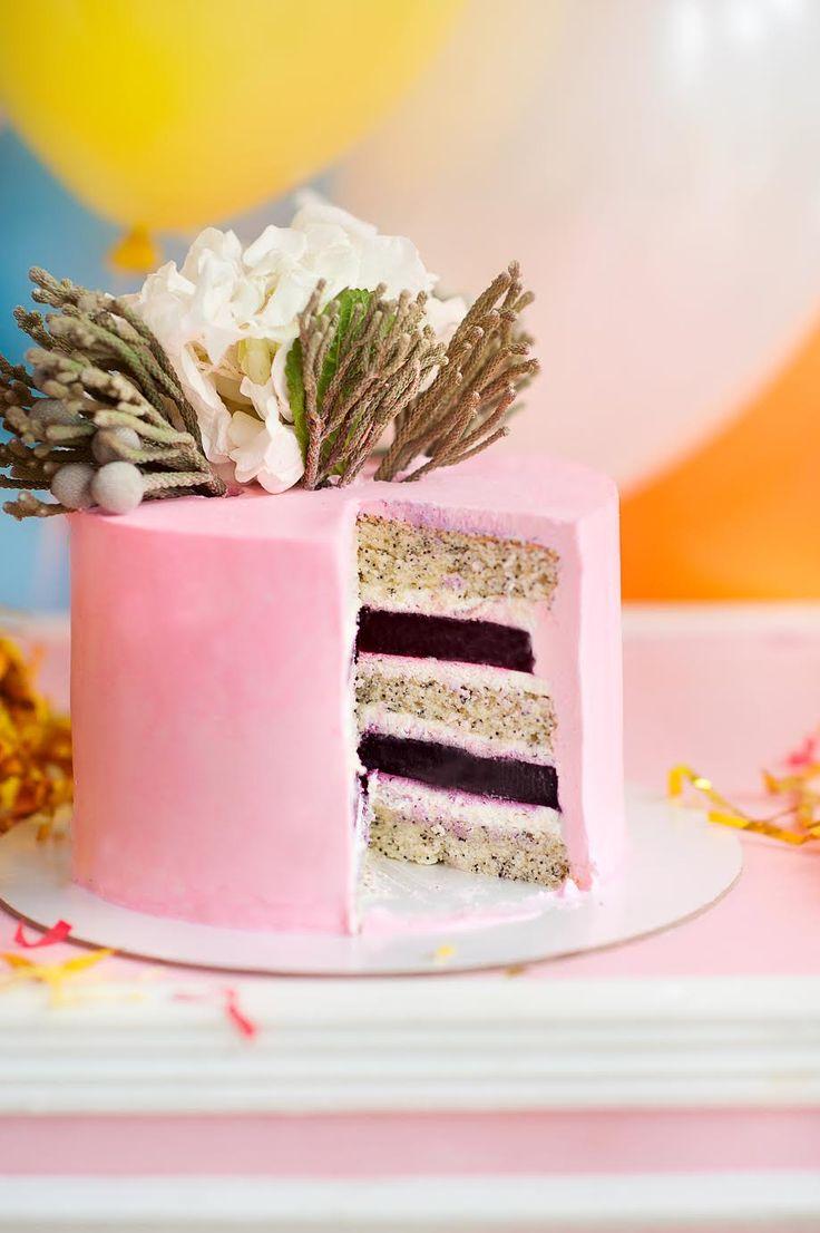 Когда хочется чего-то летнего, смело готовьте этот торт! Ароматное ягодное желе, невесомый крем и воздушный бисквит с маковой хрустинкой вполне удачное сочетание, не находите? За рецепт спасибо Юлии Школиной. Ингредиенты: Для теста (на 2 формы диаметром 16-18 см): 6 яиц; 260 г сахара; 255 г муки; 4,5 ст.л. растительного масло; 4,5 ст.л. кипятка; 1,5 ч.л.разрыхлителя; 50 гр мака; 1,5 ч.л. ванильного экстракта. Для крема: 250 г маскарпоне; 500 г сливок животных 33-35%; 2 ст.л сах пудры. Для…