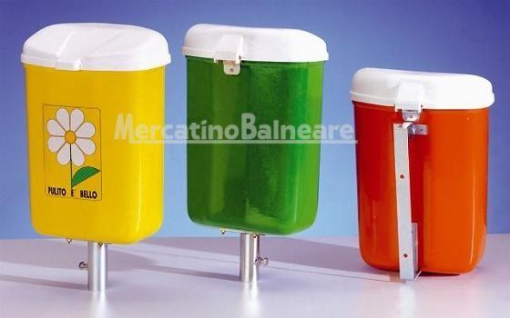 Contenitori per Rifiuti Mod. Pulito - Mercatino Balneare Contenitore per rifiuti mod. Pulito da lt. 25 – corpo in vetroresina pressoformata, coperchio in polipropilene stabilizzato ai raggi UV, viteria in ottone e acciaio inox, staffe e rondelle zincate a 20 micron, adesivo margherita PULITO E' BELLO. Misure: cm. 24 x 36 x h. 50. Colori: bianco – giallo – arancio – verde – azzurro. Contenitore mod. Pulito con staffa inferiore per paletto d