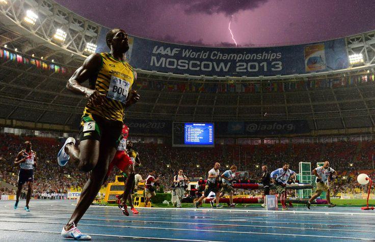 usain-bolt-remporte-le-100-m-aux-mondiaux-d-athletisme-La foudre frappe le ciel quand il passe la ligne !