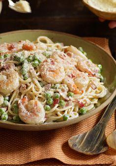Camarones a la carbonara- Esta noche tu cocina es el mejor sitio italiano. En 25 minutos harás un platillo clásico que combina los sabores de tocino, camarones y chícharos en una cremosa salsa. Buon appetito!