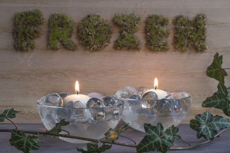 Letters met mos en kaarsen met ijs als decoratie - Diy decoratie -  Mooi  als jij een beetje natuur gebruikt als decoratie.  met mos is daar een voorbeeld daarvan. Met mos kun je teksten en letters schrijven. Ziet er leuk uit en is heel mooi voor in de woonkamer op canvas, stuk hout enz. In de hal met tekst WELKOM of HALLO is ook heel erg gaaf! Deze decoratie past bij een landelijk interieur ook op de veranda, in de tuin of bij de voordeur met huisnummer, is ook een leuk idee. De…