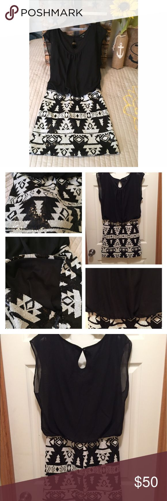 Black & white Dress formal Dress Worn one time. It's a Classy black and white dress. Top to bottom is 33.5 19 bust Dresses Mini