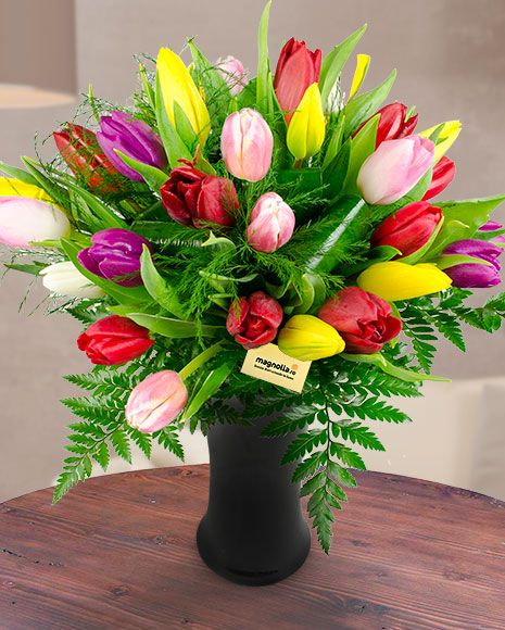 Buchet cu lalele colorate, feriga si asparagus. Spring bouquet with tulips, ferns and asparagus