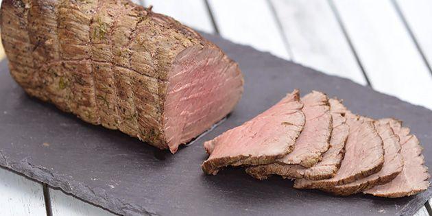 Formidabel opskrift på roastbeef, som bliver stegt helt perfekt i ovnen. Ekstra bonus: Man kan lave det lækreste danske smørrebrød med resterne.