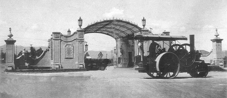 Estacion de Servicio Necaxa, monumento inaugurado en 1952, era la entrada a las Chapultepec Heights, se trataba de una gasolinería que daba servicio a los automovilistas a mitad del camino, entre sus casas en la ciudad y sus residencias de descanso en Las Lomas. Actualmente en este lugar se levanta la Fuente de Petroleos al cruce del Paseo de la Reforma, Avenida del Castillo de Chapultepec (ahora Anillo Periférico), Pedregal y Tepetal (ahora avenida Moliere).