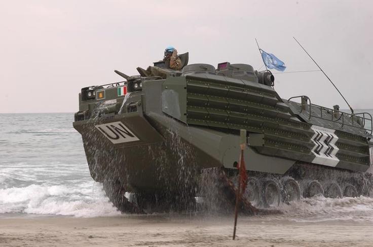 AAV 7 RAM RS    Veicolo d'assalto anfibio corazzato da combattimento per la fanteria con capacità di trasporto di due squadre fucilieri.  L'AAV 7 equipaggia il reggimento Lagunari.