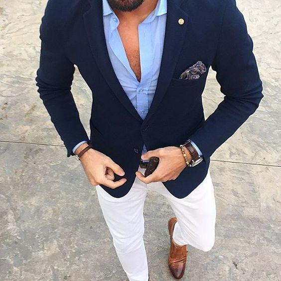 Acheter la tenue sur Lookastic: https://lookastic.fr/mode-homme/tenues/blazer-chemise-a-manches-longues-pantalon-chino/21048   — Chemise à manches longues bleue claire  — Blazer bleu marine  — Pochette de costume imprimé cachemire bleu marine  — Montre en cuir brun foncé  — Bracelet en cuir brun foncé  — Ceinture en cuir brun foncé  — Pantalon chino blanc  — Double monks en cuir bruns