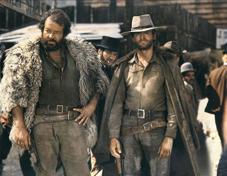 Den store Bud Spencer står her sammen med Terrence Hill i en scene fra den berømte western-film 'Ace High' fra 1968. (Foto: Polfoto)