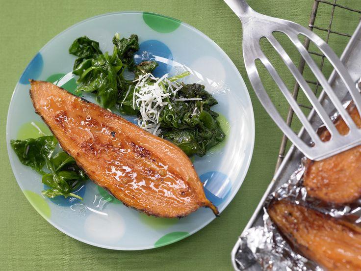 Sieht das nicht lecker und gesund aus? Süßkartoffeln mit Spinatsalat - Familienessen (2 Erw. und 2 Kinder) - smarter - Kalorien: 570 Kcal - Zeit: 35 Min. | eatsmarter.de